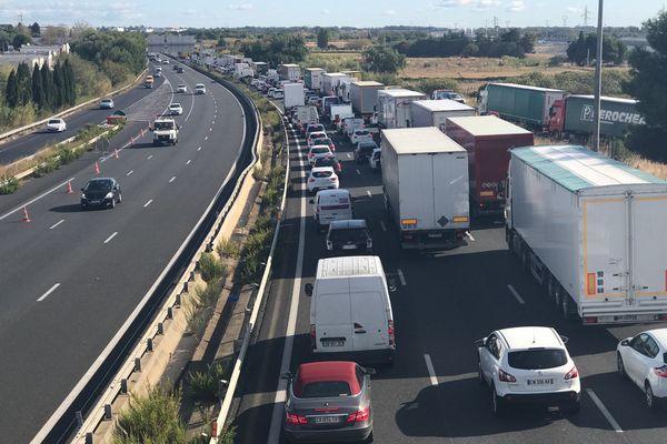 Depuis ce matin, des forains bloquent l'A709 entre Saint-Jean-de-Védas et Montpellier. Ils manifestent contre une ordonnance datant du 19 avril qui concerne directement leur profession.