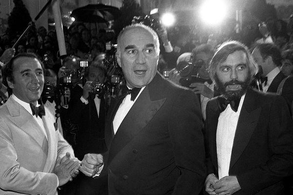 L'acteur français Michel Piccoli accompagné de l'acteur Claude Brasseur et du cinéaste Francis Girod lors du Festival de Cannes, le 30 mai 1978.