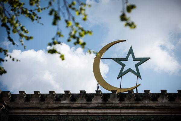 Le Conseil d'Etat rejette la  demande de la Grande Mosquée de Paris d'ouvrir les mosquées dans la nuit du  8 au 9 mai