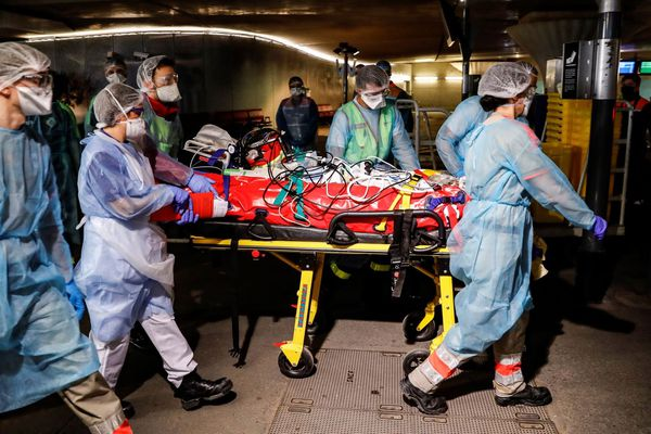 Les équipes médicales transfèrent un patient atteint du Covid-19 à la gare d'Austerlitz à Paris. 01/04/2020