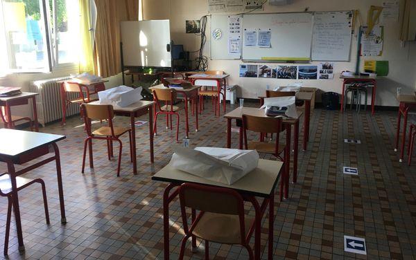 Dans la classe, le parcours que doivent emprunter les élèves pour se rendre à leur bureau est tracé au sol.
