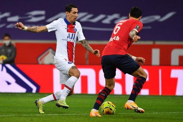 Angel Di Maria se dispute la balle avec le défenseur Jose Fonte lors du match Lille-PSG, le dimanche 20 décembre.