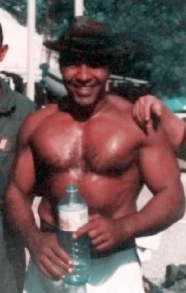 Salim à 30 ans environ. C'est la photo préférée de son fils