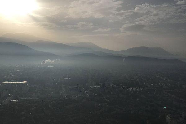 Un nuage de pollution de l'air au-dessus de Grenoble en Isère