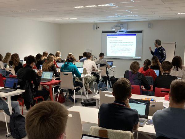 Dans une salle de cours de l'ICP à Reims