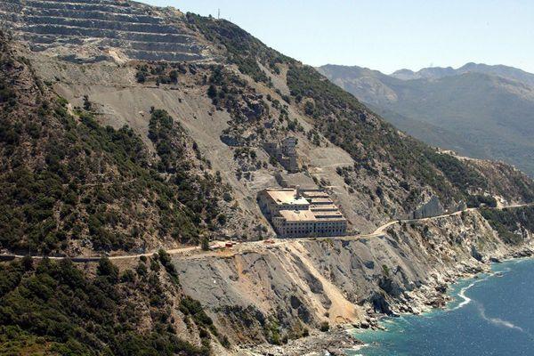 L'ancienne mine d'amiante de Canari, sur le versant ouest du Cap Corse