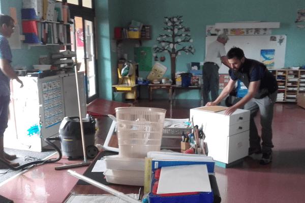 A Benac, les pompiers nettoient l'école qui a été inondée