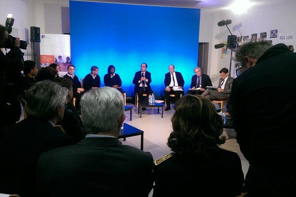Le président de la République et le ministre de la défense lors d'une table ronde à l'Epide ce lundi à Alençon.