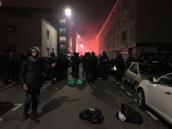 Des fumigènes et des poubelles renversées près la salle François 1er au Havre. Le dispositif de sécurité est important.