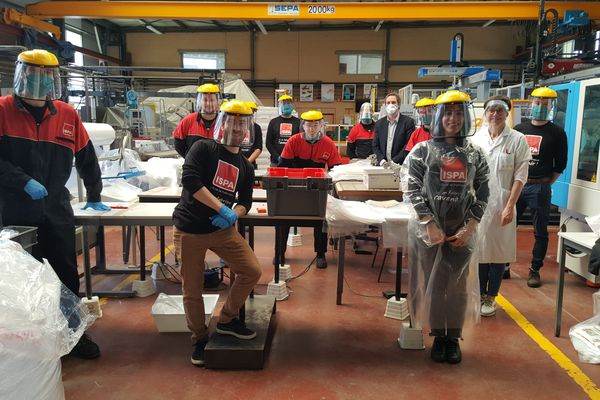 Des étudiants de l'Ispa d'Alençon fabriquent 77 000 surblouses à destination des personnels soignants de Normandie pour lutter contre le coronavirus