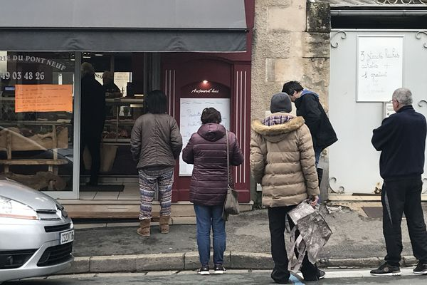 A Poitiers, les queues se multiplient à l'extérieur des magasins pour respecter les distances de un mètre entre chacun et éviter la propagation du Covid-19. Ici, devant une boucherie du quartier du Pont-Neuf, mardi matin.