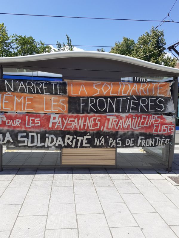 Banderoles tendues par les associations devant la Cour d'appel de Grenoble.