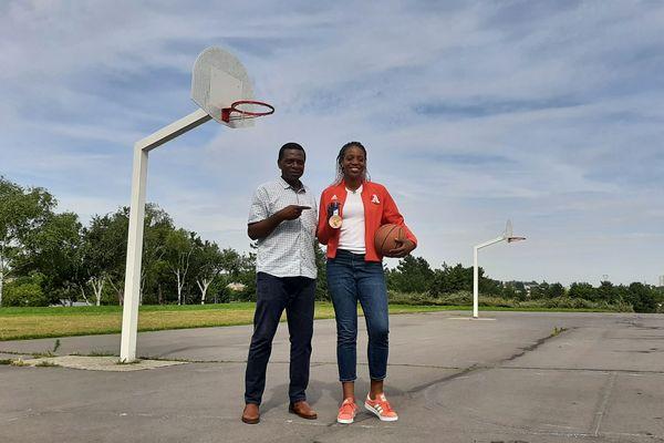 Endy Miyem, aux côtés de son père, sur le terrain de basket de son enfance, à Reims.