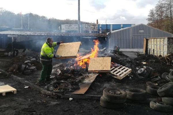Des employés de Arjowiggins brûlent du papier le 28 janvier 2019 à Jouy-sur-Morin (Seine-et-Marne).
