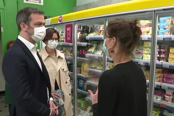 Le ministre de la Santé et des Solidarités, Olivier Véran, dans une épicerie solidaire à Grenoble le 22 mai.
