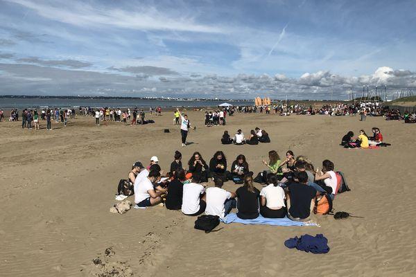 800 élèves et professeurs du lycée Sainte-Anne de Saint-Nazaire partagent ensemble la plage de Saint-Brévin au cours d'ateliers ludiques, sportifs, éducatifs et d'un pique nique zéro déchets.