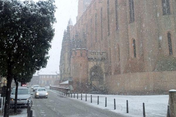 Des flocons sur la cathédrale Sainte-Cécile