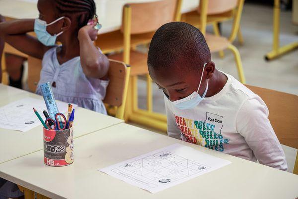 Deux enfants équipés d'un masque, dans une école élémentaire - Photo d'illustration