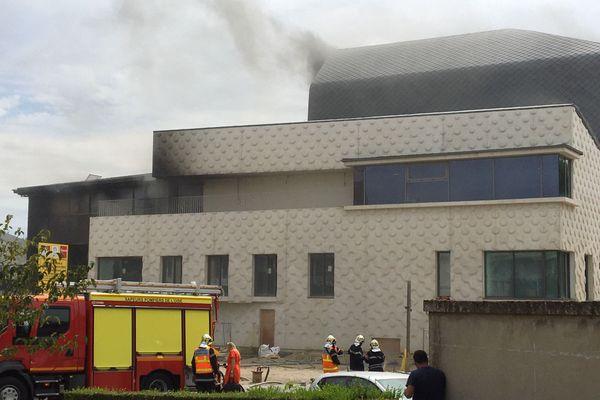 Selon nos informations, l'incendie proviendrait d'un poste de soudure.