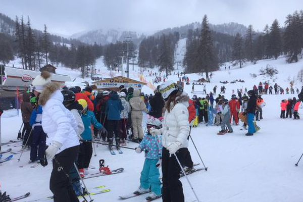 Les premiers skieurs sur les pistes ce dimanche matin à Risoul dans les Hautes-Alpes.