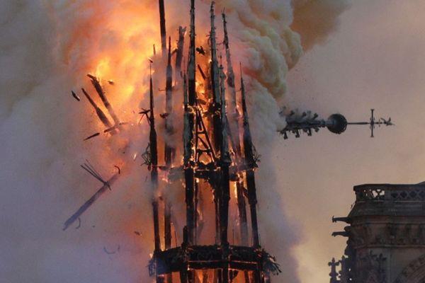 La chute de la flèche de Notre-Dame, et du coq reliquaire, au cours de l'incendie de la toiture de la cathédrale.