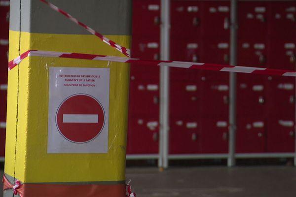 Béziers (Hérault) - dans ce collège, les casiers des élèves sont inaccessibles pour raison sanitaire - janvier 2021.