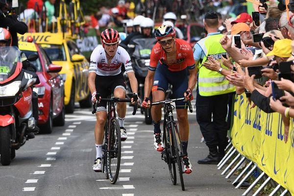 Le Belge Dylan Teuns suivis de l'Italien Giulio Ciccone, franchissent la ligne d'arrivée de la 6e étape du Tour de France entre Mulhouse et La Planche des Belles Filles, le 11 juillet 2019