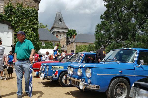 Des voitures de course et de prestige sont exposées dans la cour du château de Busset, dans l'Allier.