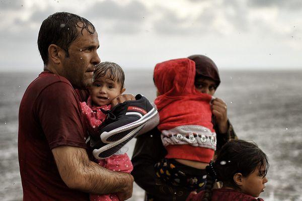 Des réfugiés et des migrants traversent la mer Égée entre la Turquie et l'île grecque de Lesbos. 28 septembre 2015. © Aris Messinis / AFP