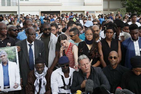 La famille d'Adama Traoré et son avocat en juillet 2016
