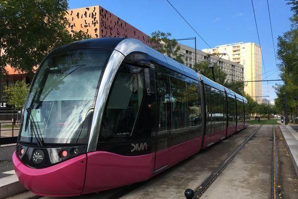 Une station de tramway au centre-ville de Chenôve, dans l'agglomération de Dijon