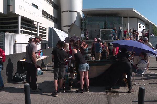 Des dizaines de personnes rassemblées devant l'hôtel de police de Limoges ce mercredi 16 juin 2021 en soutien aux personnes arrêtées.