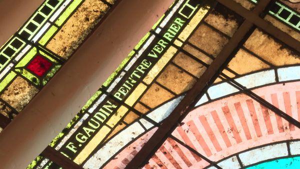 La signature du maître-verrier Félix Gaudin qui a réalisé les vitraux du temple protestant de Saintes.