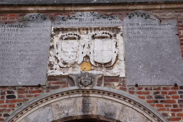 Les  armoiries de Montmorency et de Lens sont représentées au-dessus du porche d'entrée de l'église Saint-Etienne de Bersée.