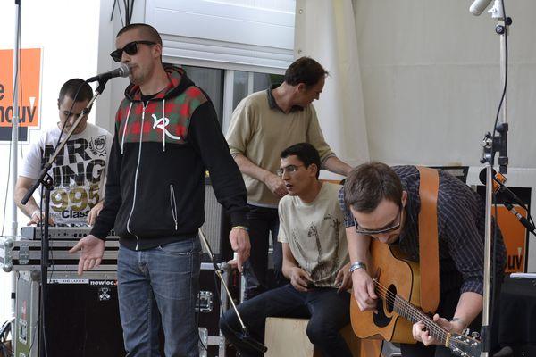 Pihpoh et ses musiciens offrent un mini-live à l'espace presse.