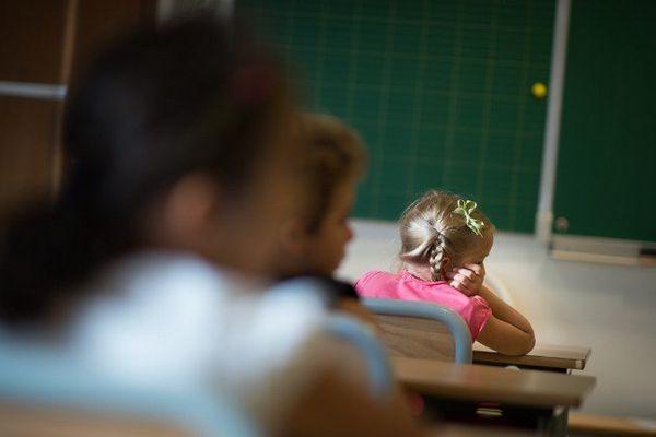 Illustration. Des élèves dans leur classe, à Paris.