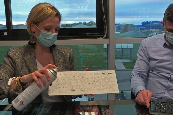 Christine Riou-Feron, dirigeante de Riou Glass, présente le clavier  d'ordinateur innovant mis au point et produit en Normandie