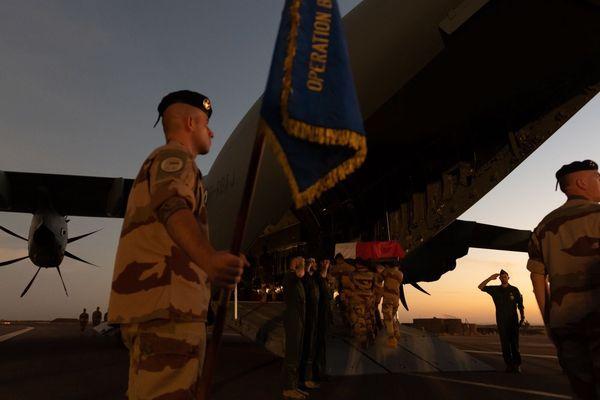 Les corps des 13 militaires français tués au Mali sont arrivés en France ce dimanche 1er décembre au lever du soleil. Un premier hommage militaire leur a été rendu.