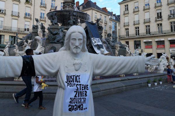 """""""Justice pour Steve"""" et """"Où est la justice ?"""" peut-on lire sur des affichettes place Royale à Nantes, 31 juillet 2019"""