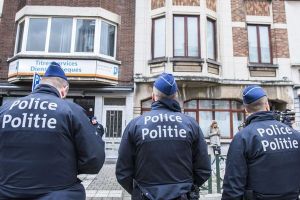 Plusieurs policiers lors d'une opération antiterroriste le 25 mars 2016 à Schaerbeek, où Mohamed Bakkali louait un appartement.