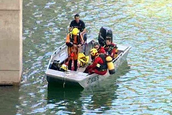 Vailhan (Hérault) - les plongeurs recherchent le disparu autour du barrage dans le lac des Olivettes - 5 août 2014.