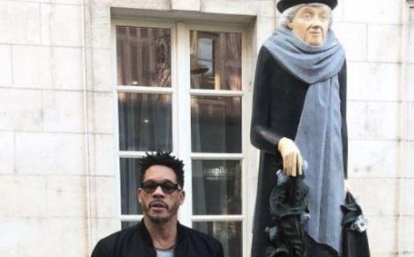 JoeyStarr de passage à Auxerre le 14 novembre 2018, posant à côté de la statue de la poétesse Marie Noël