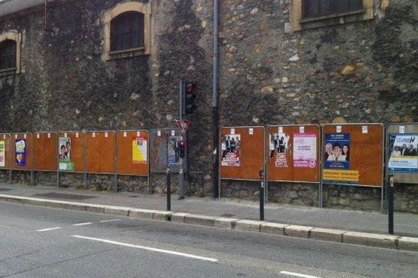 Des panneaux divisés en deux à Grenoble