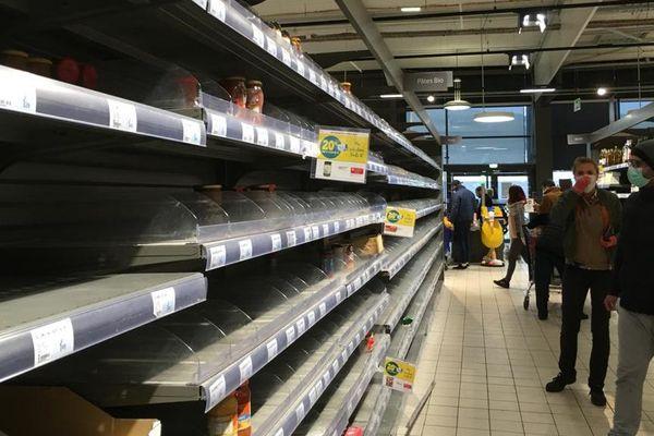 Lodève (Hérault) - des rayons vides dans un supermarché - 17 mars 2020.