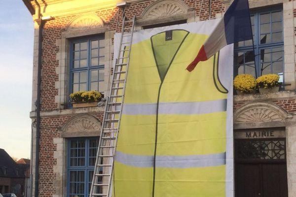 Un immense gilet jaune sur la façade de la mairie de Morbecque