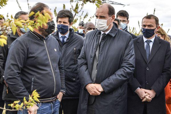 Le ministre de l'Agriculture Julien Denormandie et le Premier ministre Jean Castex en visite sur une exploitation à Colombier-le-Cardinal, le 10 avril 2021.