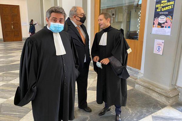 Paul Giacobbi, ancien président du conseil exécutif de Corse, entouré de ses deux avocats.