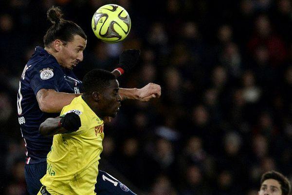 Ibrahimovic contre Djilobodji lors du match aller entre le PSG et le FC Nantes le 6 décembre 2014