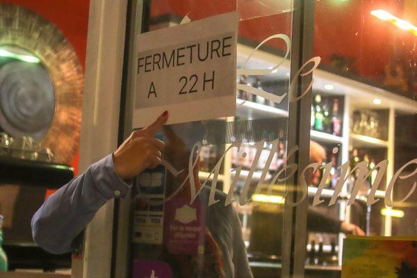 Depuis le 23 septembre, les bars ferment à 22 heures à Grenoble pour limiter la propagation du Covid-19.