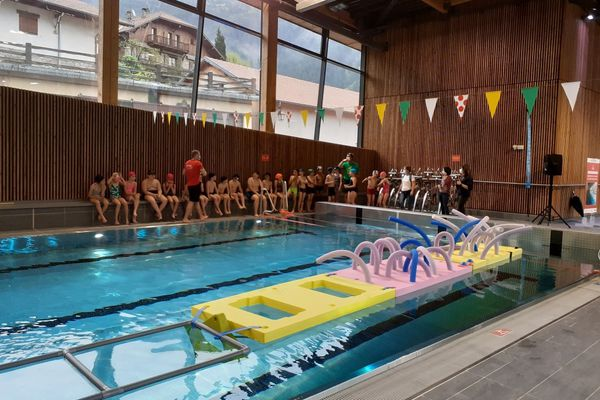 Saint-Martin-Vésubie (Alpes-Maritimes), 9 mai 2021 : réouverture de la piscine pour les scolaires du Haut-pays, le reste du bâtiment est encore en travaux pendant un mois.